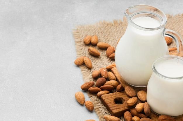 Primer plano de leche fresca y almendras con espacio de copia