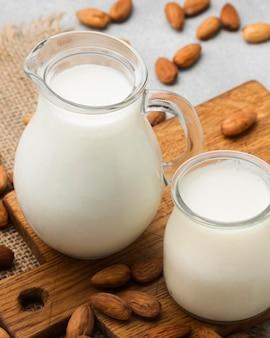 Primer plano de leche orgánica con almendras