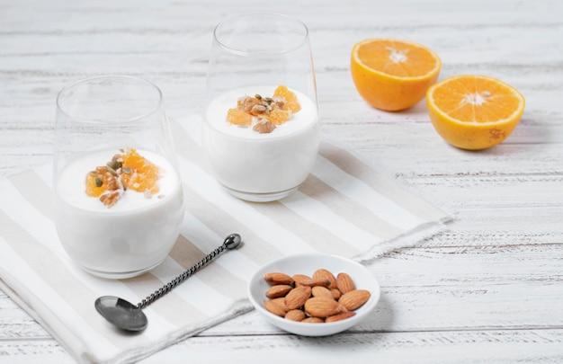 Primer plano de leche orgánica con avena y frutas