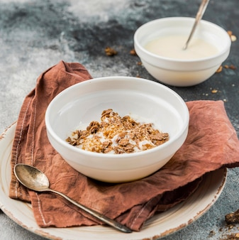 Primer plano de leche orgánica con granola lista para ser servida