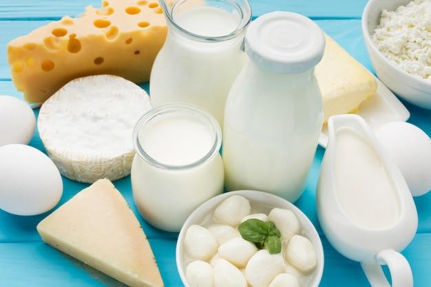 Primer plano de leche orgánica con queso gourmet