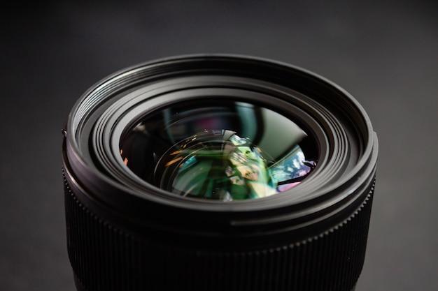 Primer plano de una lente de cámara negra