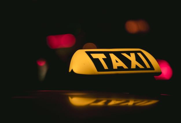 Primer plano del letrero de taxi colocado