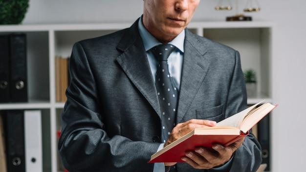 Primer plano del libro de lectura del abogado en la sala del tribunal