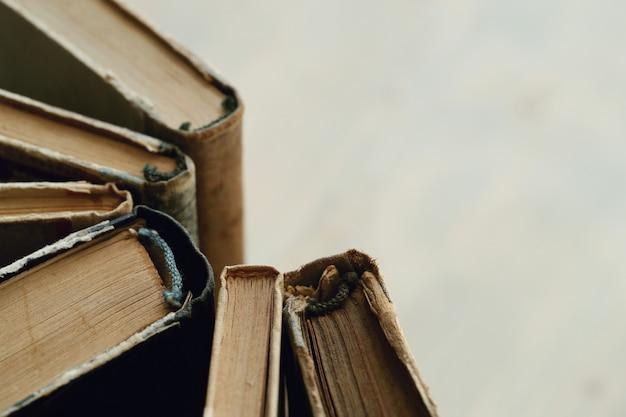 Primer plano de libros antiguos con copyspace, concepto de literatura