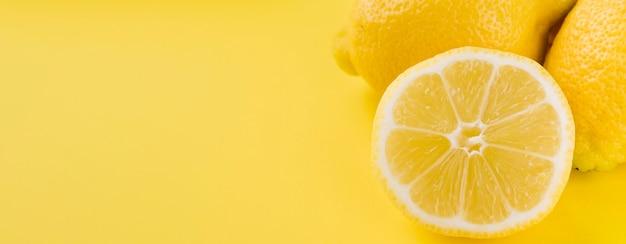 Primer plano de limones orgánicos con espacio de copia