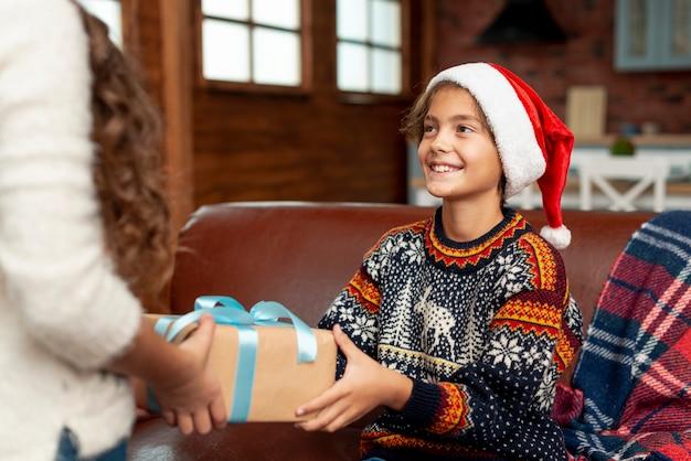 Primer plano lindo niño recibiendo regalo