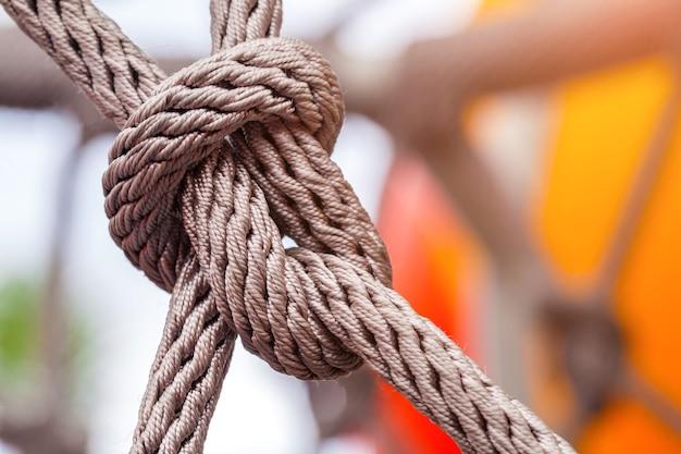 Primer plano de la línea de nudo de cuerda atada con fondo de patio de recreo