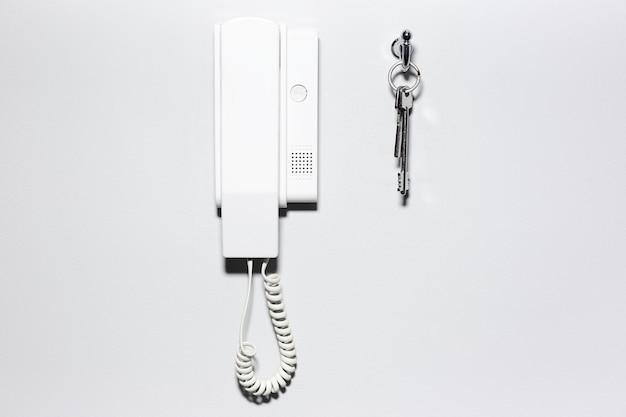 Primer plano de las llaves y el intercomunicador de la casa
