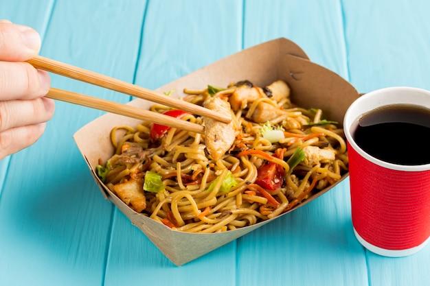 Primer plano para llevar chino delicioso