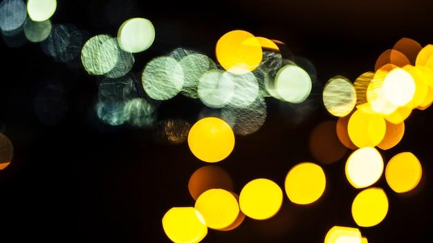 Primer plano de luces verdes y amarillas