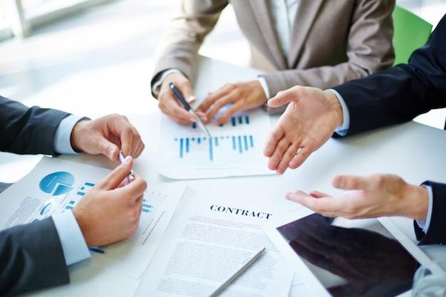 Primer plano de lugar de trabajo con tableta digital y estadísticas