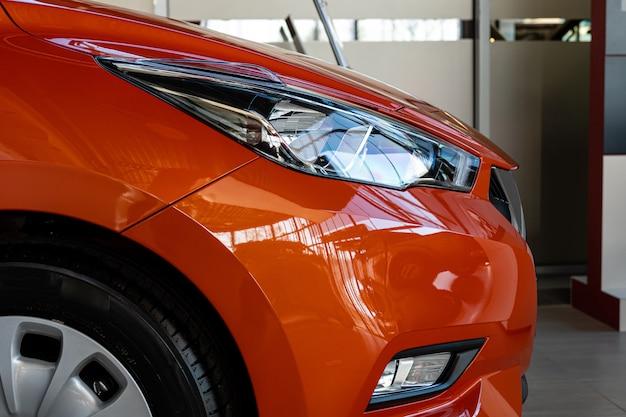 Primer plano de la luz delantera de un automóvil moderno. detalles exteriores. vista lateral.