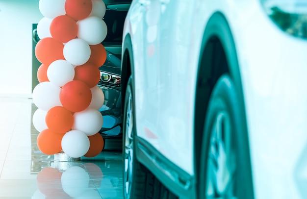 Primer plano de la luz del faro del nuevo coche suv de lujo estacionado en la moderna sala de exposiciones