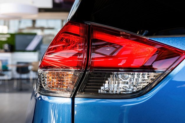 Primer plano de la luz trasera de un automóvil moderno. detalles exteriores.