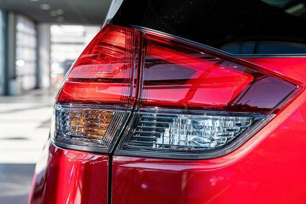 Primer plano de la luz trasera de un automóvil moderno