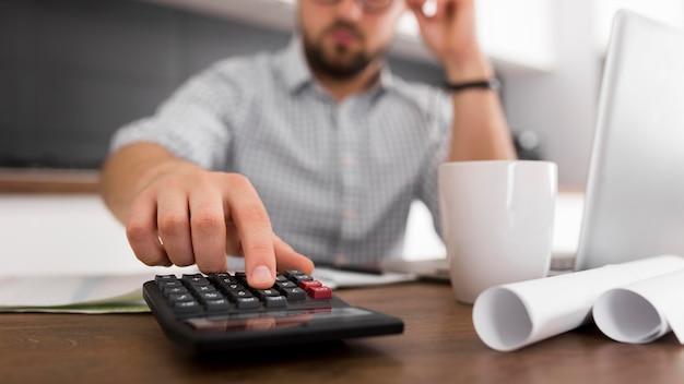 Primer plano macho adulto trabajando desde casa