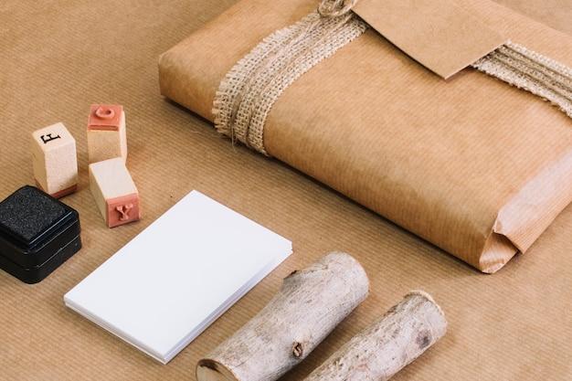 Primer plano de madera y sellos cerca del presente