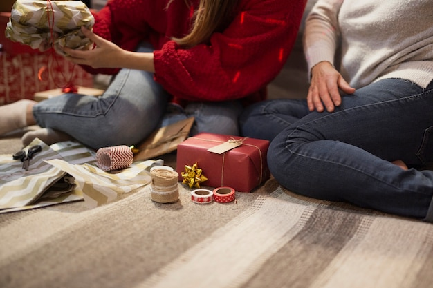 Primer plano madre e hija abriendo regalos