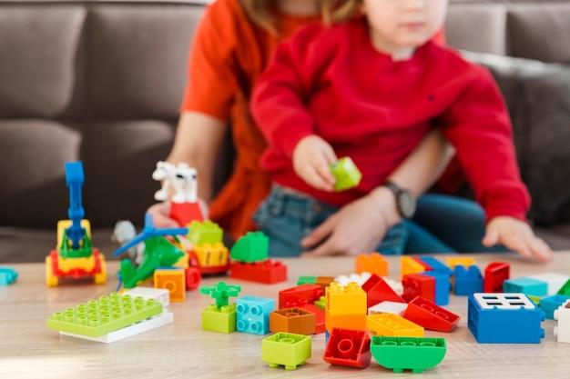 Primer plano madre e hijo jugando