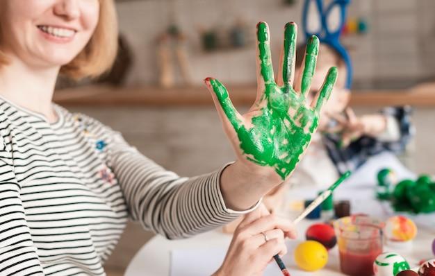 Primer plano madre feliz con pintado a mano para pascua