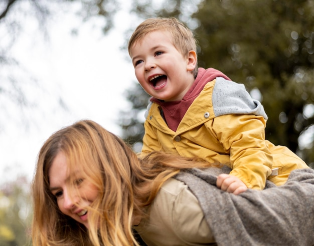 Primer plano, madre, proceso de llevar, hijo