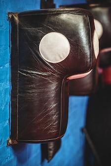 Primer plano de maniquí de pared de boxeo