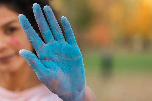 Primer plano de mano coloreada para holi
