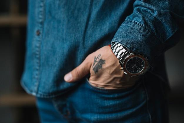 Primer plano de la mano de un hombre en el bolsillo.