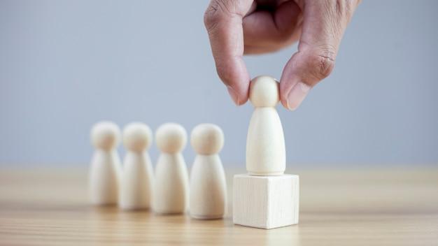 Primer plano, mano, hombre, elige, mejor, exitoso, gente, modelo, liderazgo de equipo
