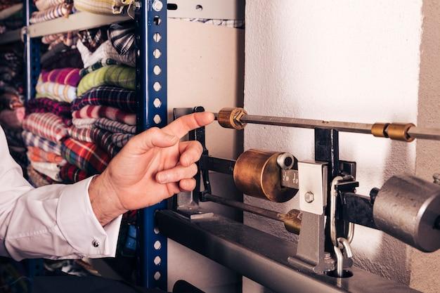 Primer plano de la mano de un hombre tocando la máquina vintage