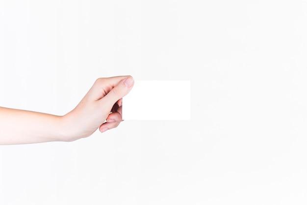 Primer plano de una mano humana con tarjeta de visita en blanco