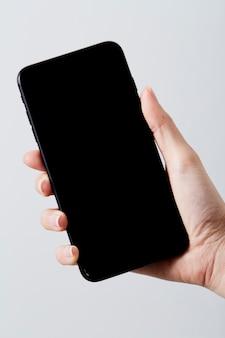 Primer plano de mano mantenga teléfono inteligente