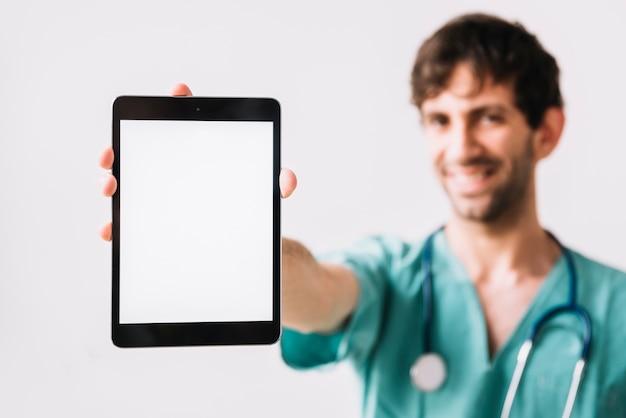 Primer plano de una mano masculina médico sosteniendo la tableta digital