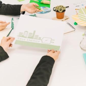 Primer plano de la mano de una persona con papel que muestra el concepto de ahorro de energía