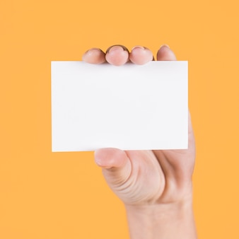 Primer plano de la mano de la persona con tarjeta de visita en blanco