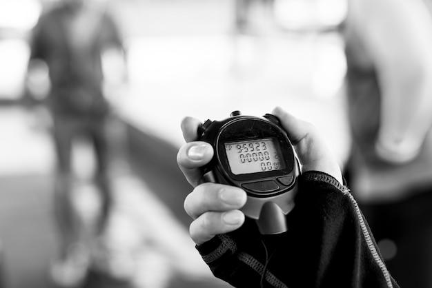 Primer plano de la mano que sostiene el cronómetro