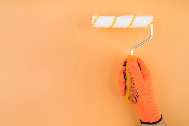 Primer plano mano rodillo de pintura