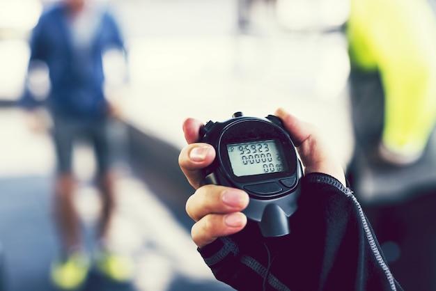 Primer plano de mano sosteniendo un cronómetro