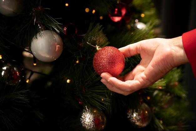 Primer plano mano sujetando la bola de navidad