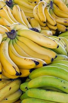 Primer plano de manojo de plátano en puesto en el mercado callejero