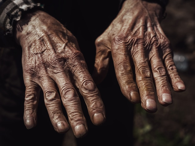 Primer plano de las manos arrugadas de un viejo hombre caucásico