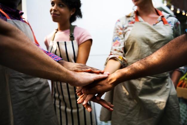Primer plano de manos diversas unidas como trabajo en equipo