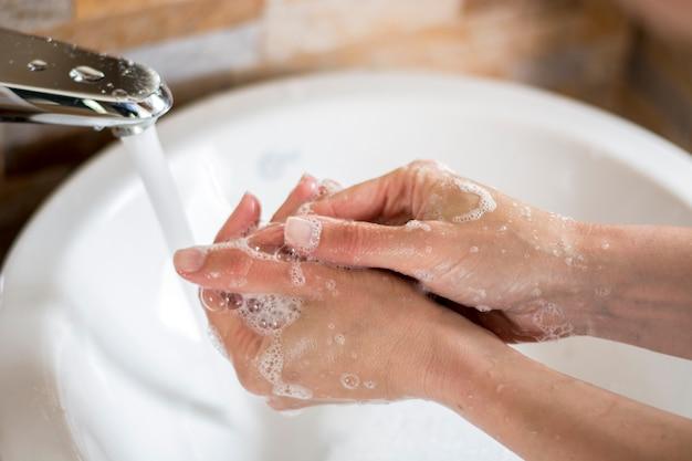 Primer plano de las manos con espuma de jabón