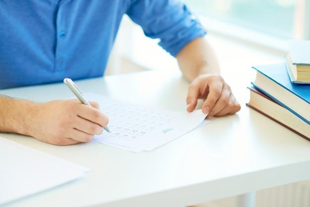Primer plano de manos y examen