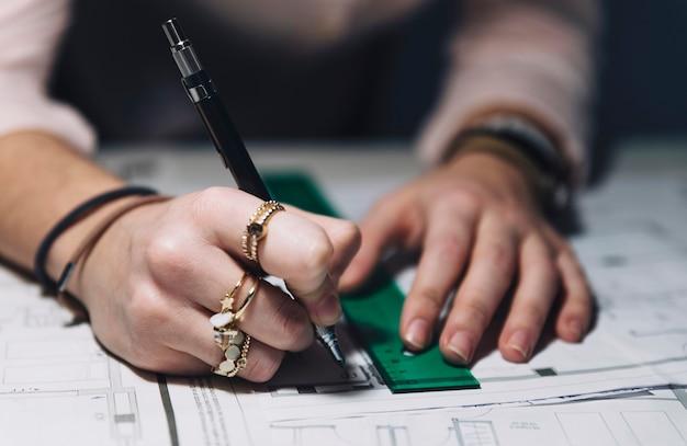 Primer plano manos haciendo borradores