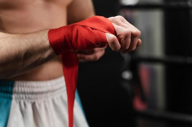 Primer plano de las manos del hombre atlético
