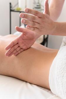 Primer plano de las manos masajeando la espalda