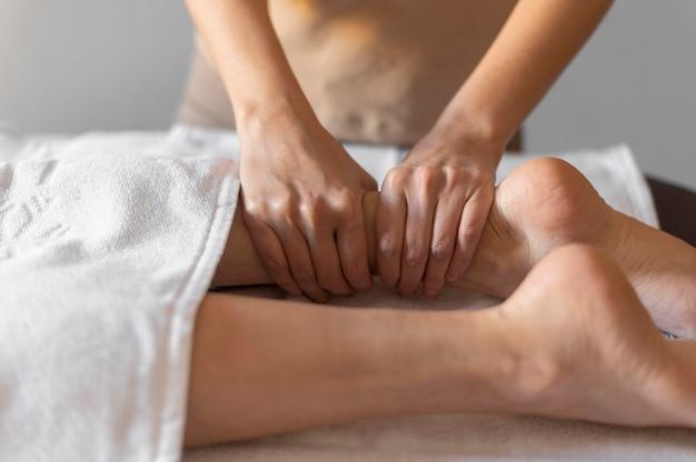 Primer plano manos masajeando la pierna