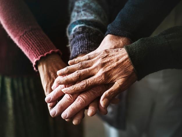 Primer plano de manos de personas mayores